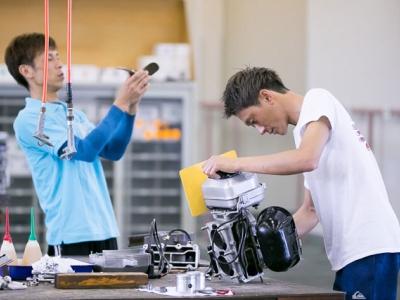 整備士とモーターの調整する競艇選手